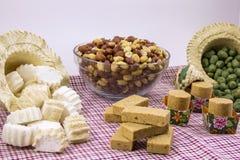 Flera typiska brasilianska sötsaker från Junina Jordnöt kokosnöt ca Royaltyfria Bilder