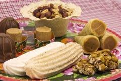 Flera typiska brasilianska sötsaker från Junina Jordnöt kokosnöt ca Fotografering för Bildbyråer
