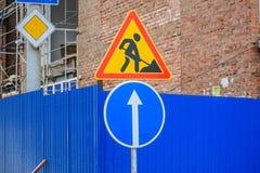 Flera vägmärken in gatan, vägarbeten undertecknar royaltyfri bild