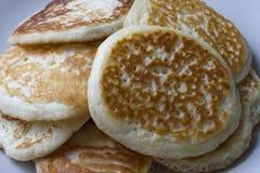 Flera varma pannkakor på en platta Royaltyfri Fotografi