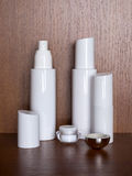 Flera vitflaskor med skönhetsmedlet Arkivfoton