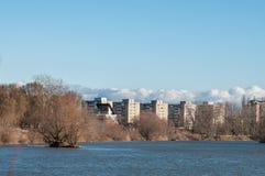 Flerbostadshus över floden Arkivfoton
