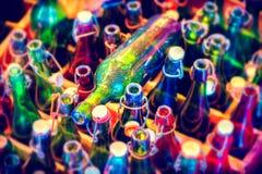 Flerfärgad bakgrund med tomma ölflaskor, bästa sikt Mat fotografering för bildbyråer