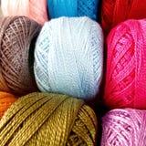 flerfärgad garnrulle royaltyfri foto