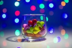 Flerfärgad hjärtaform i exponeringsglas arkivbild