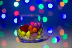 Flerfärgad hjärtaform i exponeringsglas royaltyfri bild