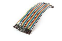 Flerfärgad kabel som isoleras på vit bakgrund som knyter kontakt begrepp Förkläde IDC-tråd Arkivfoto