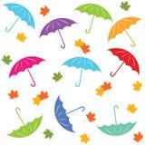 Flerfärgad sömlös modell med paraplyet och höstsidor Arkivfoton