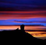 Flerfärgad solnedgång på Roque Nublo, Gran canaria, kanariefågelöar Royaltyfri Bild