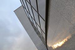 Flerfärgad stadssolnedgång, i att avspegla Exponeringsglasskyskrapa, modern byggnad royaltyfri fotografi