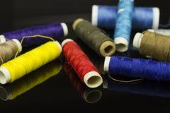 Flerfärgad tråd Arkivbild