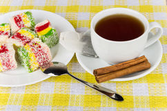 Flerfärgad turkisk fröjd i plattan, kopp av varmt te Arkivbilder