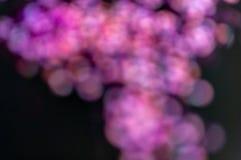 Flerfärgade bokehljus, mycket små hjärtor på en svart bakgrund, bästa sikt, karneval, nattpartiinbjudan eller festlig bakgrund, fotografering för bildbyråer