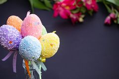 Flerfärgade festliga ägg för påsk på ett mörker royaltyfria foton