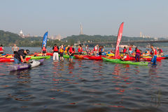 Flerfärgade kayakers på floden Royaltyfri Fotografi