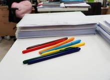 Flerfärgade pennor och documets arkivbilder