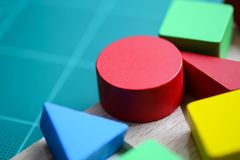 Flerfärgade trätegelstenar, leksakkvarter, utbildningsbegrepp Arkivfoto