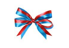 Flerfärgat blått-rött tygband och pilbåge på vit bakgrund Arkivfoton