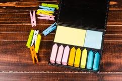 Flerfärgat kvarter av stolpen det anmärkning Arkivfoton