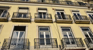 Flerfamiljshus i Lissabon Arkivfoto