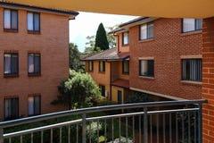 Flerfamiljshus i orange tegelsten Fotografering för Bildbyråer
