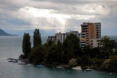 Flerfamiljshus och fartyg i Montreux Schweiz Arkivfoton