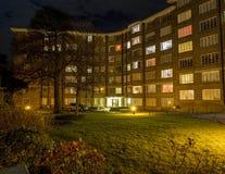 Flerfamiljshus på natten Arkivfoton