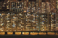 Flerfamiljshus på natten Arkivbild