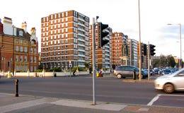 Flerfamiljshus på storslagen aveny i hivade England Arkivfoton
