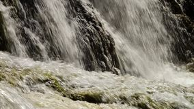 Flerniv?-vattenfallkraschen p? travertinen vaggar stock video