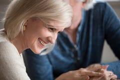 Flertar de riso da mulher de meia idade feliz com o homem mais idoso amado imagem de stock royalty free