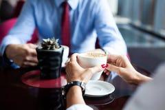 Flertar em um café Pares loving bonitos que sentam-se em um café que aprecia no café e na conversação Amor e romance imagens de stock royalty free