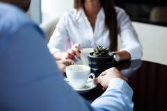 Flertar em um café Pares loving bonitos que sentam-se em um café que aprecia no café e na conversação Amor e romance imagem de stock