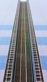 Flervånings- byggnad för hög lägenhet under konstruktion, den inre strukturen av väggarna, isoleringsbasaltfiber royaltyfri fotografi