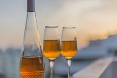 Fles Alcoholische drank en twee glazen royalty-vrije stock fotografie