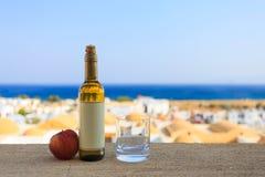 Fles appel witte wijn met leeg etiket en een glas dichtbij Stock Fotografie
