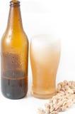 Fles bier met glas stock afbeelding