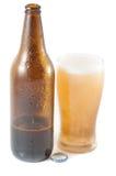 Fles bier met glas stock fotografie