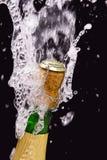 Fles champagne, cork en het bespatten Stock Afbeelding