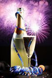 Fles Champagne With Fireworks In The-Achtergrond Royalty-vrije Stock Afbeeldingen