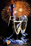 Fles Champagne With Fireworks In The-Achtergrond Royalty-vrije Stock Foto