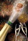 Fles champagne met knallende cork bij nieuwe jaren 2017 Stock Foto