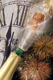 Fles champagne met knallende cork bij nieuwe jaren 2017 Royalty-vrije Stock Afbeeldingen
