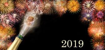 Fles champagne met vliegend cork en vuurwerk in Silvester 2019 royalty-vrije stock foto's