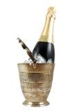 Fles champagne in oude zilveren ijsemmer Stock Afbeeldingen