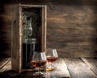 fles cognac in een oude doos stock foto