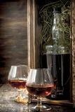 fles cognac in een oude doos stock afbeeldingen