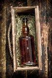 fles cognac in een oude doos royalty-vrije stock fotografie