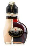 Fles de likeur van Sheridan op wit wordt geïsoleerd dat Stock Foto