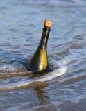 fles in de oceaan met een bericht royalty-vrije stock afbeelding